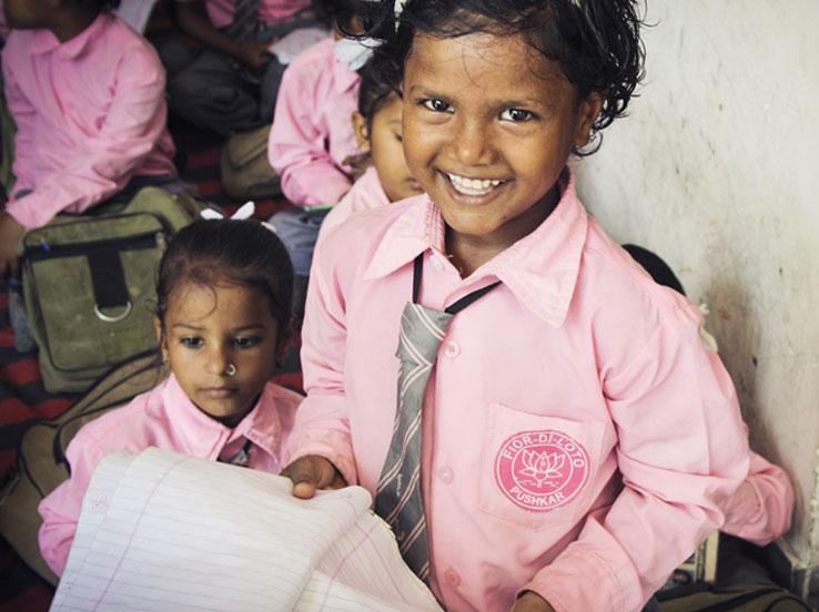 Bambina con quaderno